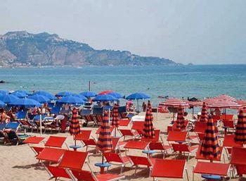La spiaggia di Giardini Naxos con la baia di Taormina