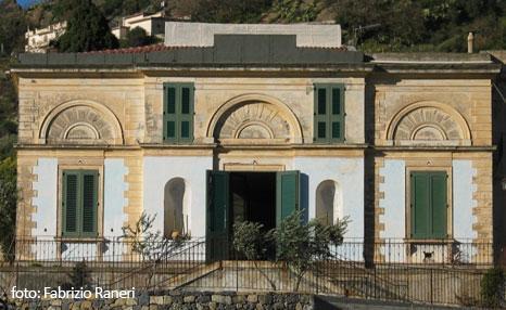 Facciata di Villa Savoja a Motta Camastra (ME) -- foto: Vincenzo Raneri