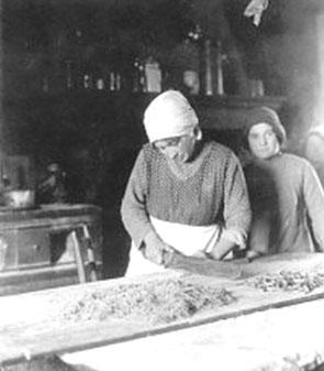 Foto d'epoca, una massaia che prepara la pasta